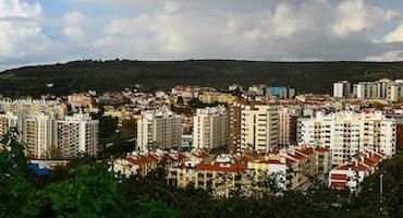 Encuentra dónde aparcar en Carnaxide, Portugal