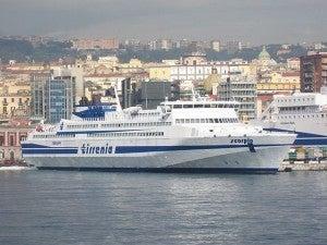 Traghetti e navi da crociera al porto di Napoli